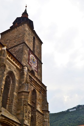 Torre Iglesia Negra y letras Brasov Rumanía