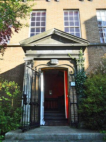 Fachada puerta entrada abierta Marsh's Library Dublín