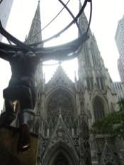 Escultura Atlas espaldas fachada Catedral San Patricio Nueva York