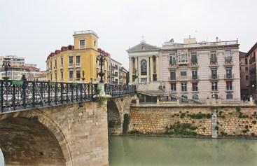 Atravesando el Segura por el Puente Viejo