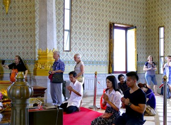Fieles rezando templo budista Tailandia