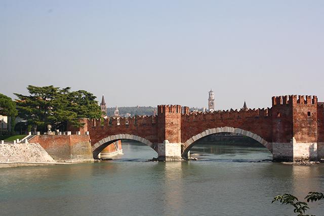 Panorámica puente Scaligero ladrillo rojo río Adige Verona