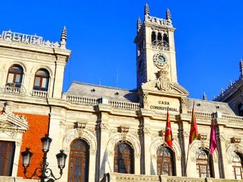 Fachada principal banderas Ayuntamiento Valladolid estilo ecléctico