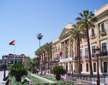 Ayuntamiento pimentonero presidiendo la Glorieta de Espanya