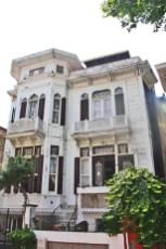 Fachada blanca chalet ricos Buyukada Estambul Turquía