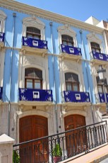 Edificio azul decoración balcones subida Seminario Orihuela