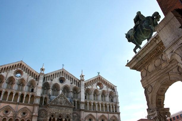 Escultura caballo fachada Basílica Catedral San Jorge Mártir Ferrara