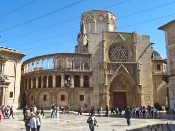 Basilica i fasana lateral de la Catedral valenciana a la Plasa de la Verge
