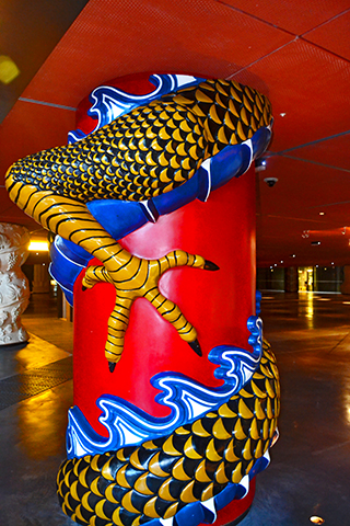 Garras patas dragón enrollado columna roja Alhóndiga Bilbao