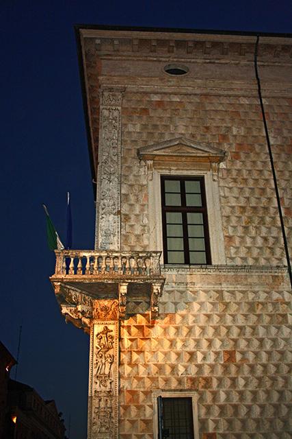 Balcón fachada Palacio Diamante noche Ferrara