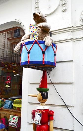 Pinocho oso tambor decoración entrada tienda centro histórico Tours