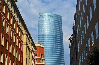 Edificio Iberdrola cristal calles centro histórico Bilbao
