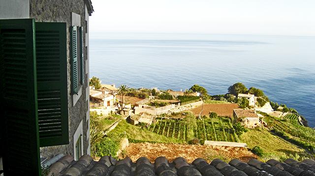 Ventanas abiertas casa amanecer Banyalbufar Mallorca