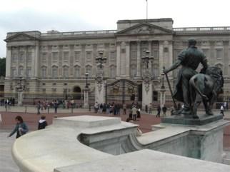 Panorámica estatua fachada Buckhingham Palace Londres