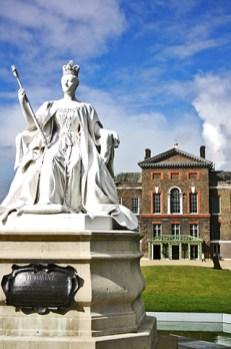 Escultura blanca reina Palacio Kensington Christopher Wren Hyde Park Londres