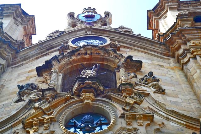 Detalles escultura adornos fachada barroca Iglesia Santa María centro histórico San Sebastián Donosti
