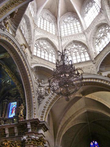 Arcos ojivales lámpara decoración religiosa pilares interior Catedral Valencia