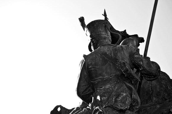 Escultura guardia real espaldas Academia Caballería Valladolid blanco y negro
