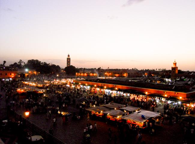 Panorámica noche Plaza Djema El Fna humo puestos callejeros koutoubia Marrakech