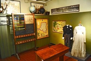Aula tradicional y trajes primeros de siglo museo Gante