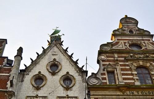 Esculturas adornos fachadas Plaza Mercado Lovaina Flandes