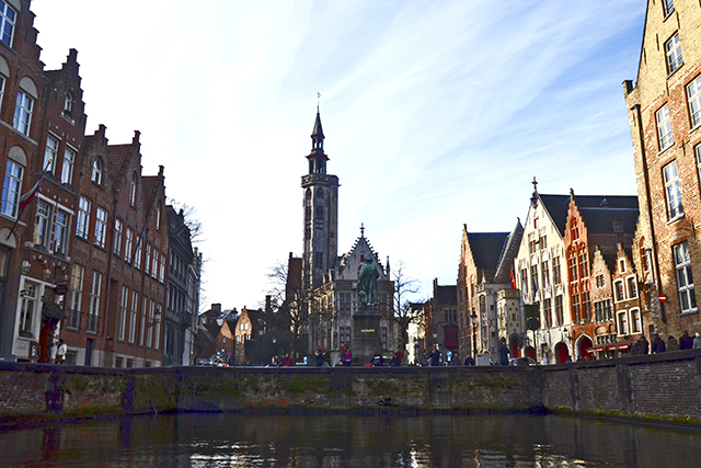 Plaza Van Eyck Iglesia canal Brujas Bélgica