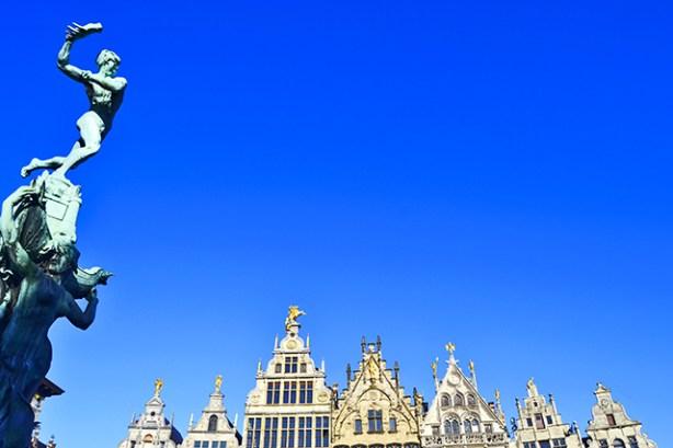 Escultura Bravo fachadas casas señoriales Plaza Mayor Amberes