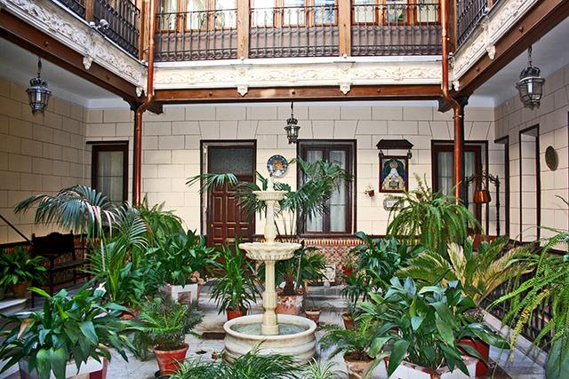 Patio oriental andalusí interior fuente plantas palacio centro histórico Toledo