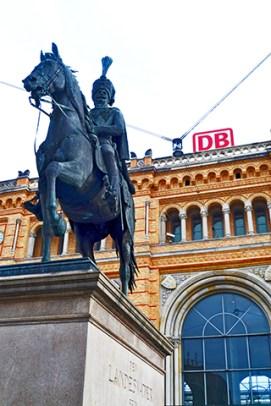Escultura caballo Ernest August estación central trenes Hannover Alemania