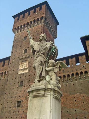 Escultura santo torre Castello Sforzesco Milán