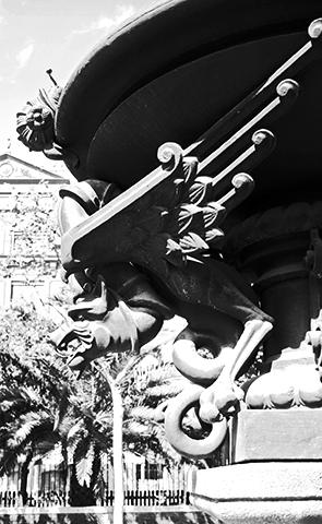 Detalle escultura modernismo dragón gárgola Arco Triunfo Barcelona