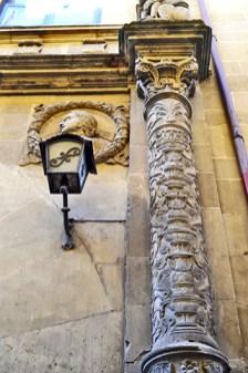 Columna escudo heráldico plateresco palacio siglo XVI Úbeda