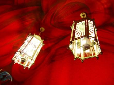 Faroles lámpara techo rojo terciopelo bar tapas Cuenca