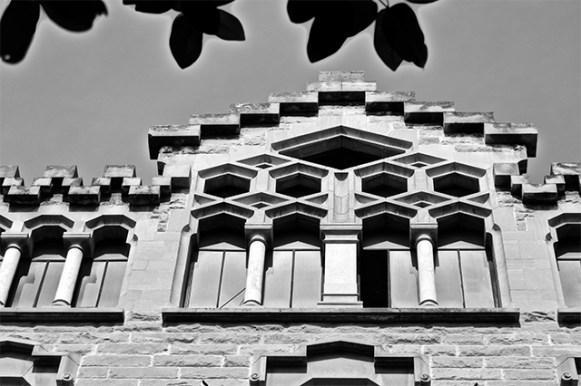 Friso geometría carrer Sant Joan Reus blanco y negro