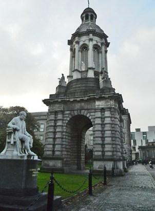Escultura Trinity Collegue Dublín Irlanda