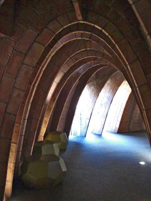 Arcos modernistas piedra planta edificio La Pedrera Gaudí Barcelona
