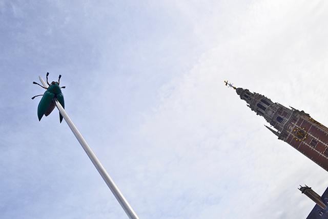 Foto inclinada mosca al revés mástil torre Universidad Lovaina