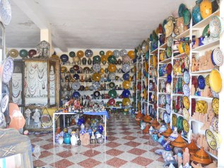 Tienda bereber cerámica platos vasijas colores carretera Valle Ourika