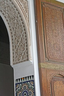 Decoración filigrana formas simétricas letras Corán arco puerta entrada palacio Marrakech