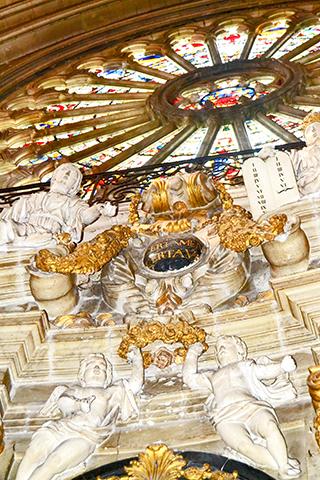 Detalle esculturas oro rosetón interior catedral St. Maurice Angers Francia