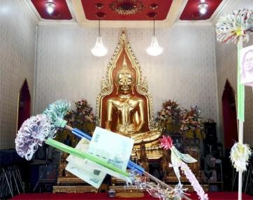 Ofrendas bahts Buda de oro