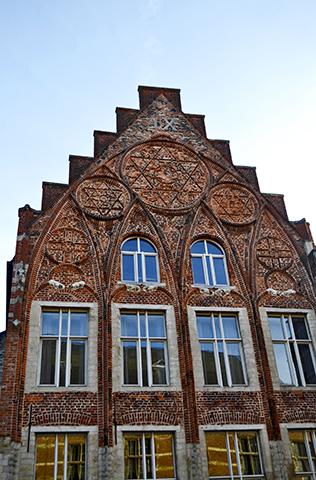 Fachada Art Nouveau cruz David Lovaina