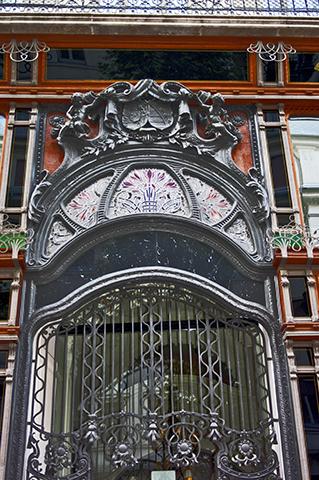 Fachada modernista calle Budapest