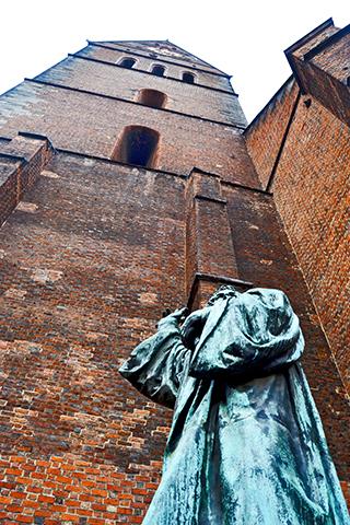 Picado escultura verde torre reloj ladrillo catedral Hannover Alemania