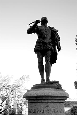 Escultura Garcilaso de la Vega Plaza San Román Toledo blanco y negro