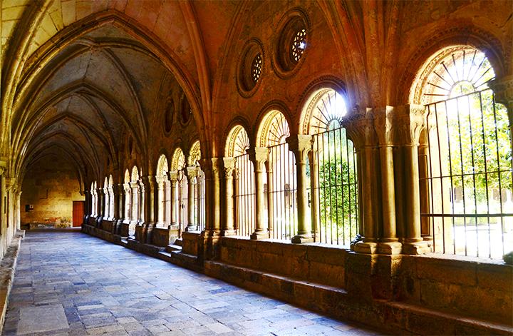 Claustro arcos ojivales iluminación gótico renacentista barroco Seu Tarragona