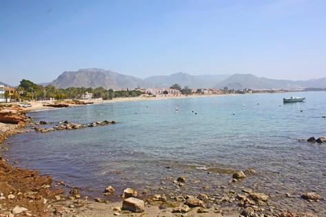 Orilla playa rocas Puerto Mazarrón Murcia