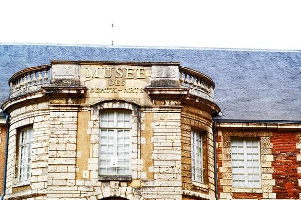 Fachada ladrillo palacio pontificio Museo de Bellas Artes Chartres Francia