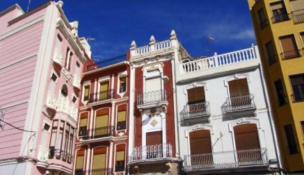 Conjunto fachadas edificios modernistas centro histórico Onda Castellón