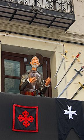 Muñeco Don Quijote balcón tienda souvenirs centro histórico Toledo